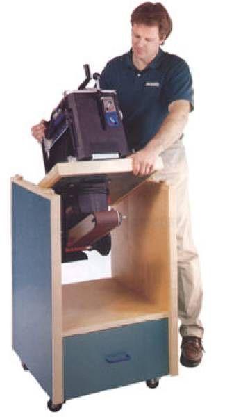Schwenkbarer Werkzeugschrank mit Holzbearbeitungsplan