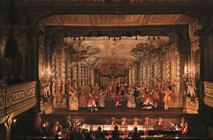 Het barokke kasteeltheater in Cesky Krumlov is erg bijzonder. Het heeft een draaibaar podium dat een wereldprimeur kende. Binnen 6 tot 12 seconden kan het decor totaal worden veranderd. Het theater is niet alleen versierd met prachtige wandschilderingen maar beschikt over talrijke geluidseffecten. Foto: Libor Sváček ©CzechTourism www.czechtourism.com