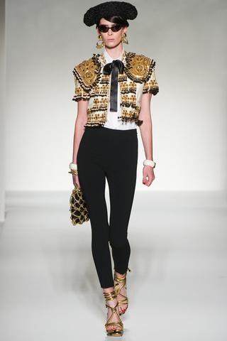El made in Spain también está de moda esta primavera. Lo vimos en Milán, el desfile de Moschino nos sorprendió conchaquetas toreras imitando trajes de luces, bordados, altas sandalias de tiras y monteras. Amarillo, negro, crudo y dorado fueron los protagonistas de la pasarela.