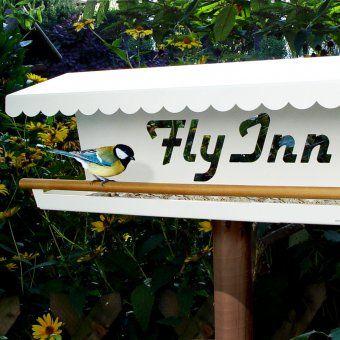 #design3000 Fly Inn ist nicht einfach ein Vogelhaus, sondern ein Luxusrestaurant für Vögel, das Haus und Garten im Winter wie im Sommer schmückt.