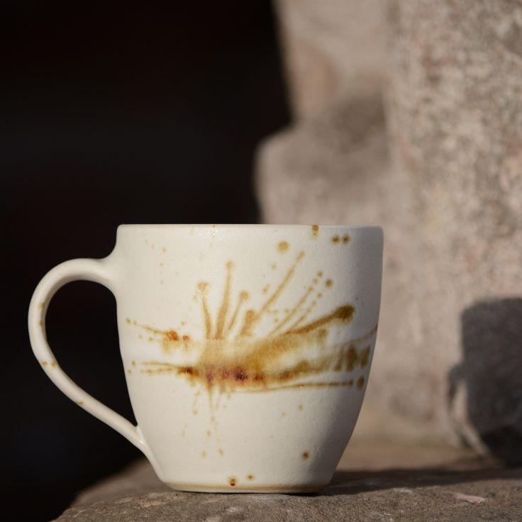 """Hrneček malé Vajíčko - Vůně kávy Kameninový, ručně točený hrneček malé Vajíčko, je dalším přírůstkem do rodinného klanu """"Vůně kávy"""". Na první pohled se to nezdá, ale vzhleden k použitému materiálu (vysoko vypálená, dovozová kamenina) toho dost vydrží... neoprýská, neotluče se..., proto jej můžete klidně mýt v myčce na nádobí a můžete ho i postavit na ..."""