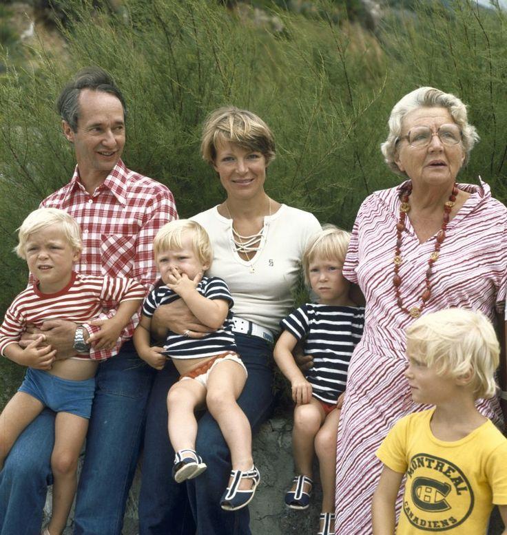 Koningin Juliana-Prinses Irene-Prins Carlos en de kinderen (NL)