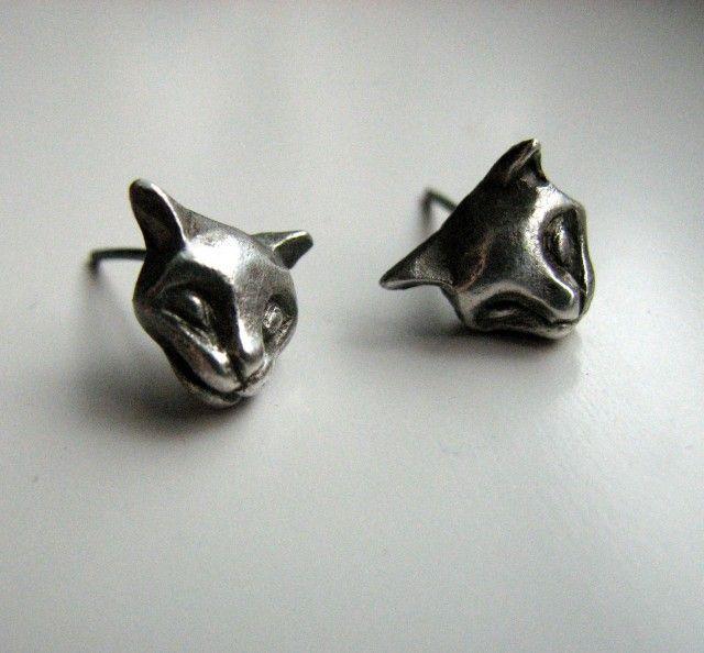 Super cute cat earring in silver and titan, made vy Anna Siivonen #nordicdesigncollective #katt #katten #cat #thecat #cuttingboard #animal #meow #kitten #pet #fur #cosy #earrings #earring #stud #studs #annasiivonen #silver #titan #cathead