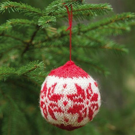Sticka din egen julkula i rött och vitt