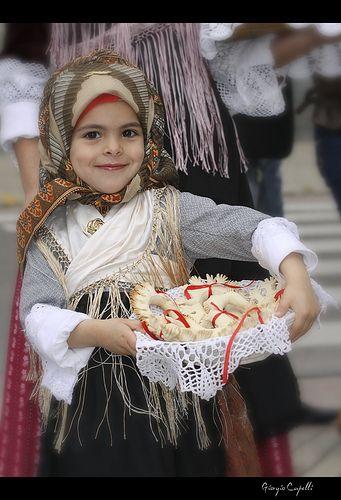 La Sardegna non è solo mare e spiagge: ogni paese conserva le proprie usanze i e i propri abiti tradizionali.. un'occasione per scoprire questo lato nascosto della Sardegna sono le numerose sagre che si svolgono lungo tutto il corso dell'anno!