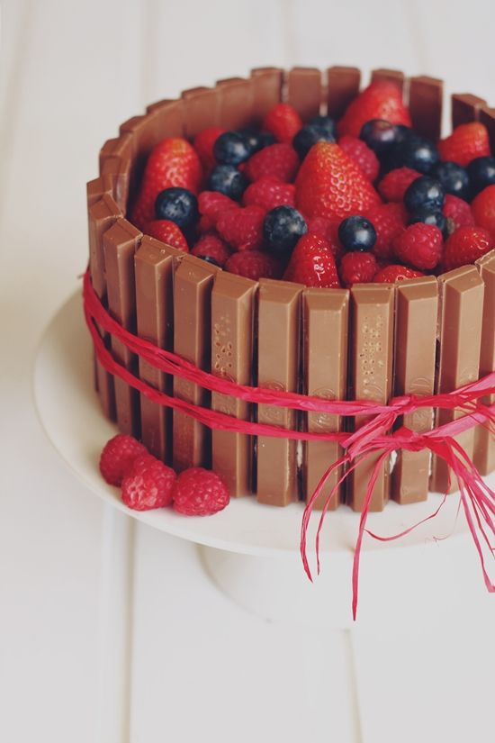 * magnoliaelectric: YYY - YummY fridaY {Kitkat-Berry-Cake} - Muttertagskuchen!