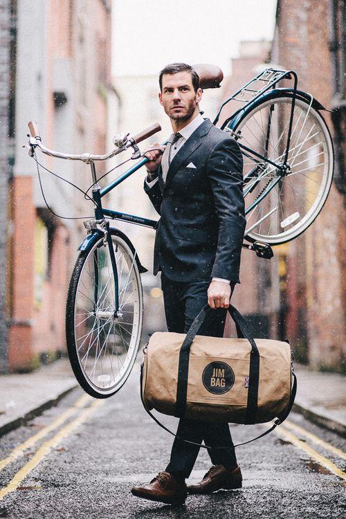 自転車を担ぐスタイル