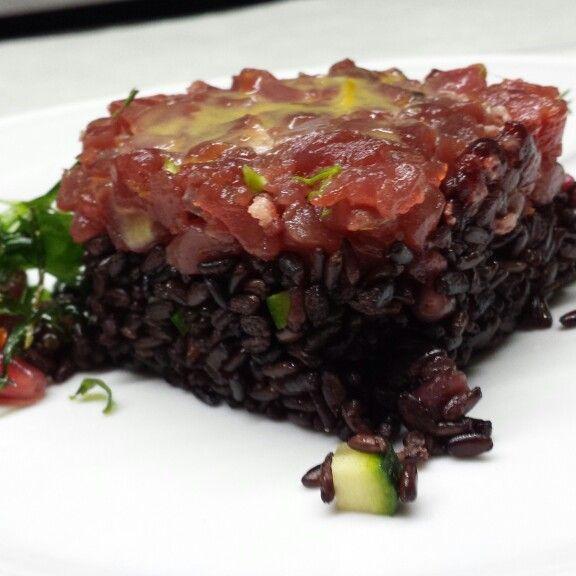 Tonno marinato alla senape con insalata di riso venere e melograno..