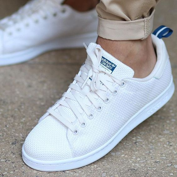 ADIDAS STAN SMITH CK Chalk White & Blue Der Stan Smith CK hat ein rundes Strickoberteil mit Gummizug
