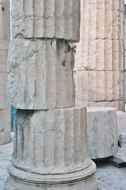 """Restauración de una columna dórica. Los griegos están intentando recuperar su patrimonio histórico y con el eslogan """"Restitución de los Mármoles del Partenón"""" ..."""