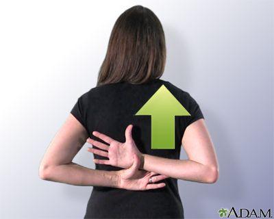 Estiramiento subiendo las manos por la espalda