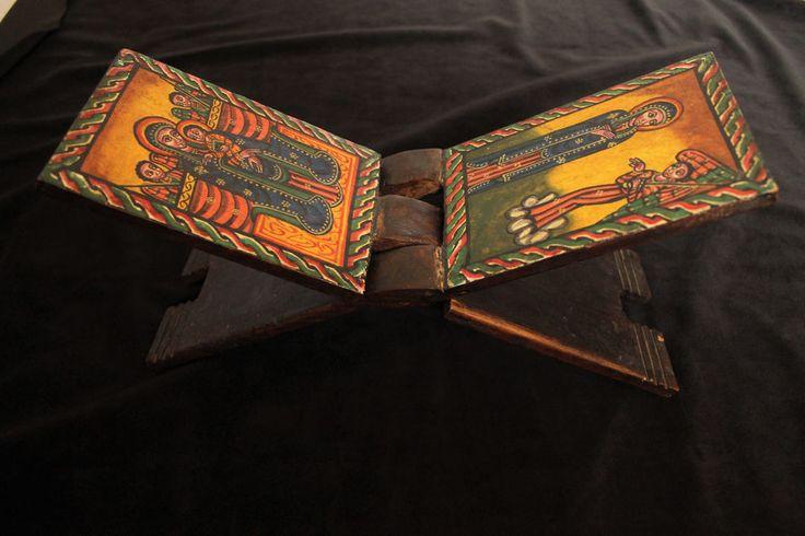 Äthiopien: Sehr schöner Bibelhalter aus Holz! Ethiopia: Beautiful bible holder!