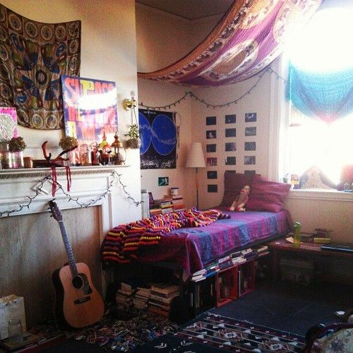 Exceptional Artistic College Dorm Room Inspiration With A Bohemian Theme. I Love The  Canopy, The Books Stacked Underneath, And The Carpet Part 32