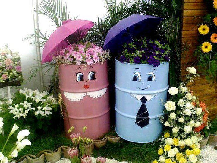 Clever use of barrels for planters: Gardens Ideas, Gardens Decor, Backyard Design, Cute Couple, Arranjo Decoração, Flowers Pots, Cute Ideas, Fun Ideas, Gardens Pots
