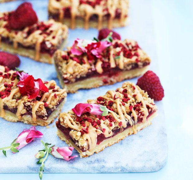 Giv de klassiske hindbærsnitter nyt liv med sprød smuldredej, friske hindbær og chokoladestriber.
