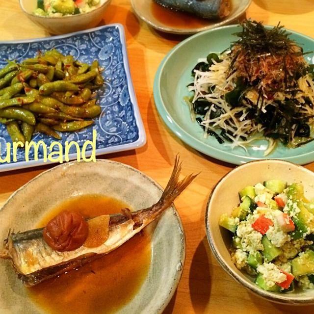 夏休み、長男 塾の夏期講習で… 19時〜22時 勉強に励んでおります⁉︎ 多分…\(//∇//)\ 夕飯、いつも以上に早くて 前日仕込みの 煮魚‼︎ 一品作ってあるだけで、めっちゃ助かるー(≧∇≦)  お豆腐とアボカドの和えたの、美味しかったよ〜♡ - 115件のもぐもぐ - 鰯の梅煮、アボカドの豆腐和え  などの夜ごはん♪ by gourmand