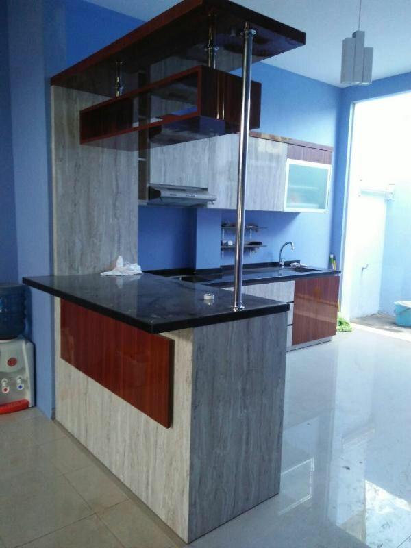 Kombinasi warna yang tak biasa tapi tampil luar biasa, sang pemilik ingin memiliki kitchen set dengan motif batu alam