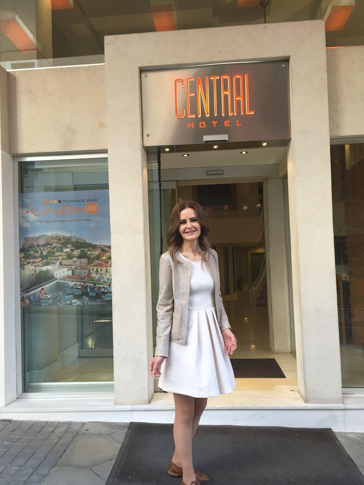 Η γνωστή ηθοποιός Κάτια Δανδουλάκη, φωτογραφίζεται για τις ανάγκες του περιοδικού YouWeekly.gr στην Πλάκα και στο  Central Athens Hotel.