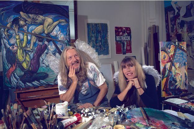Dans leur atelier de Montpellier. Derrière le couple, deux toiles signées Beltracchi. A g., «Battements d'ailes», inspiré de Max Beckmann. A dr. «La sonnette», inspiré de Kandinsky et Magritte.