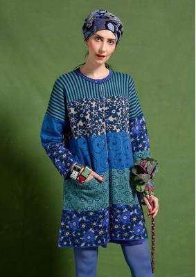 """Strickjacke """"Macau"""" aus Öko-Baumwolle/Wolle  Die Jacquardstrickjacke """"Macau"""" ist dank ihres weichen, leicht gefilzten Gemischs aus Baumwolle und Wolle für drinnen und draußen geeignet. In dieser Jacke mit fünf verschiedenen Mustern, zwei Taschen und farbenfrohen Knöpfen sind Sie ein echtes """"Gudrun-Girl"""".  Weite Passform Länge/M 90 cm Artikelnummer 71203"""