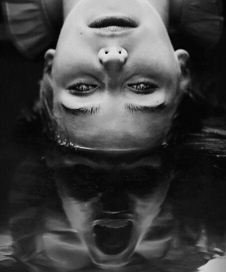 De strijd met jezelf blijft de grootste en moeilijkste. Niemand kan je helpen, alleen jijzelf. Hier zie je iemand die in het water ligt. In de reflectie is een donkere kant te zien van de persoon. Allemaal hebben we iets donkers in ons. Alleen sommige mensen kunnen het niet houden en geven eraan toe.