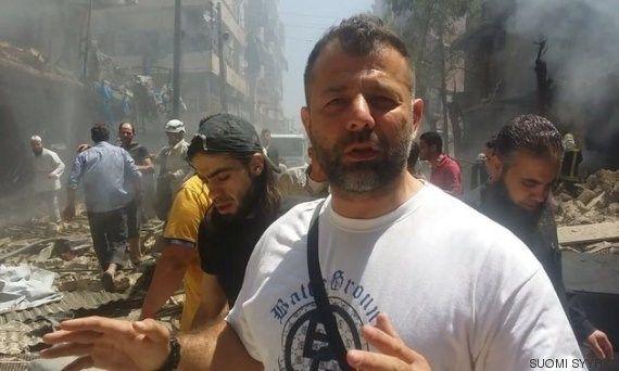Un hombre ayuda a los sirios atrapados en Alepo durante el Ramadán