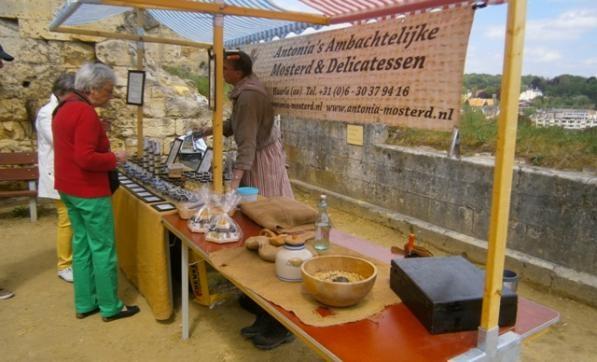 In de #middeleeuwen werd handel, ambacht en landbouw gecombineerd. De boer was niet rijk en kon zich geen specerijen veroorloven, maar had wel grond en beschikte via ruilhandel over allerlei soorten zaden. Omdat mosterdzaad zeer vruchtbaar is, was dit een favoriet ruilmiddel. Het gedroogde zaad werd geweekt in water en azijn en dan gepureerd. Na een paar uur moeizaam draaien ontstond er dan #mosterd. Bekijk het zelf tijdens een van onze demonstraties op de ruine.