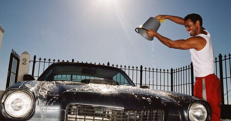 A maneira apropriada de encerar um carro preto. Encerar seu carro adiciona uma camada de proteção entre o acabamento da pintura e os elementos que podem danificá-lo. Fazê-lo corretamente pode evitar que pequenos arranhões e marcas espirais apareçam em seu veículo. Carros pretos são especialmente difíceis de lavar e encerar corretamente porque a tinta escura mostra cada imperfeição. Espirais e ...