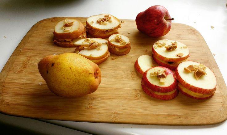 snacks: Sandwich de manzana y pera con mantequilla de maní y granola..  Apple and pear sandwich with peanut butter and granola.