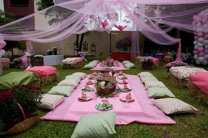 Fiesta tipo picnic en el jardín