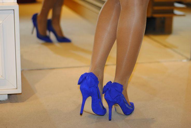 Zapatos de ante azul eléctrico con lazada en el talón