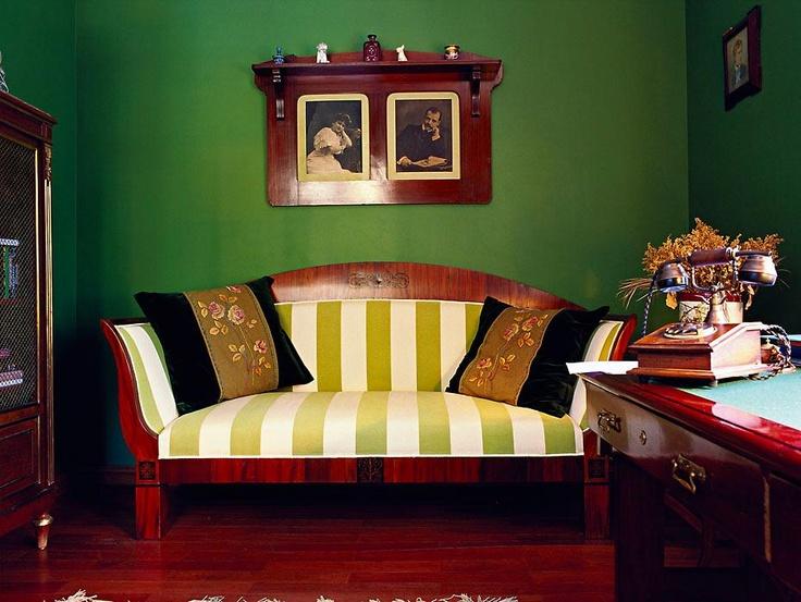 светлая мебель +яркие стены