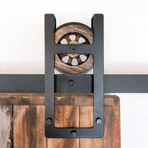 Questo è un bellissimo rustico industriale acciaio piazza ferro di cavallo scorrevole porta della stalla hardware insieme. Made in USA a mano da legno e acciaio lucidato robusto di alta qualità. Questo bellissimo set di hardware ti riporta allepoca industriale, tutti a casa tua  Include:  (1) track - 2 di diametro (2) rulli - diametro 5 1/2, 1 1/2 profondo Distanziatori a parete (4-6) (2) ferma porta (1) guida a pavimento  Da utilizzarsi con lapertura di dimensioni 3-4. Misura circa 9 1/2…