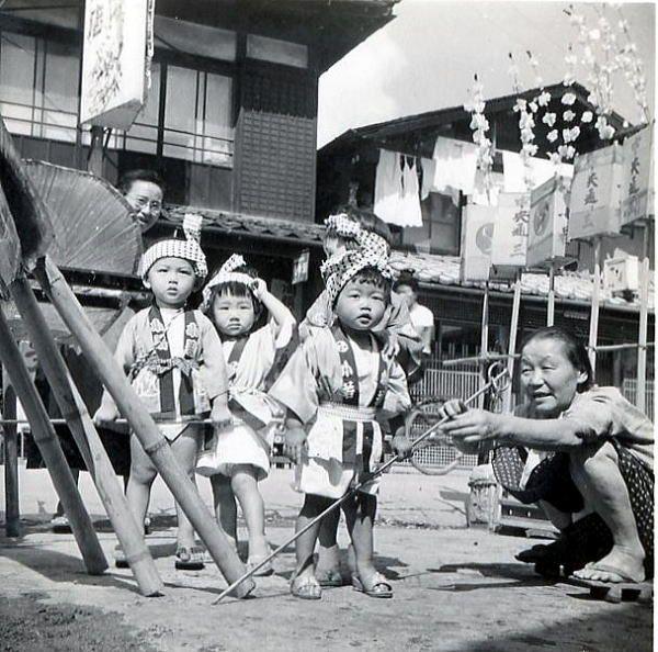 お祭り。young Japanese children in traditional dress. Shōwa era.