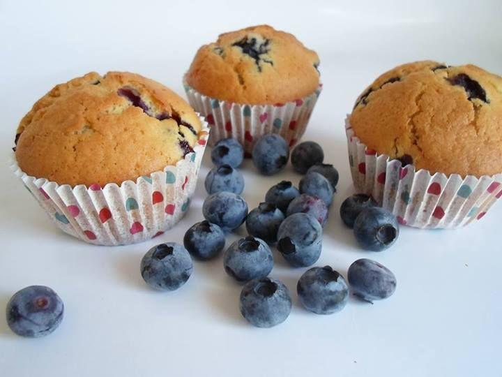 Van Evelyne Rogge kregen we dit recept binnen! Blauwe-bessenmuffins met O'Bio blauwe bessen Nodig voor 12 muffins: – 300 g zelfrijzende bloem – 130 g suiker – 1 eetlepel van…