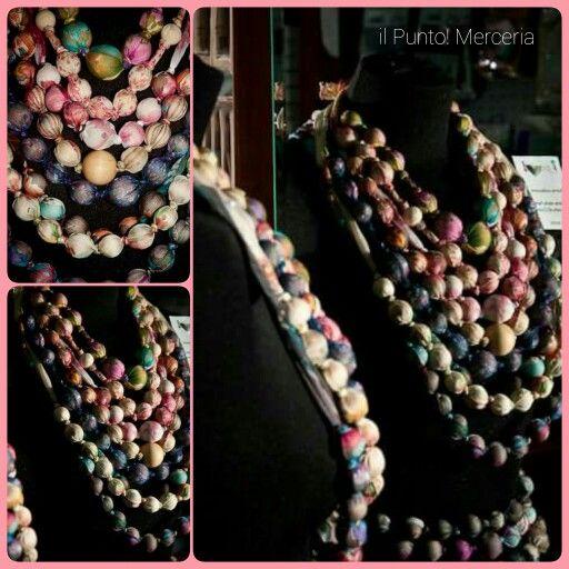 Queste #collane sono realizzate con un tubolare ricavato da ritagli di seta provenienti dalle seterie di Como riempito di perle di legno divise da nodi. Si allacciano dietro con un fiocco alla lunghezza preferita. Ph. Piccia Neri.  #allegremerciaie #ilpuntomerceria #merceria #collana #bijouxfattoamano #gioiellifattiamano #moda #gioielliartigianali #bigiotteria #fashion #madeinitaly #italianhandmade #necklace #pearls #seta #silk #jewellery