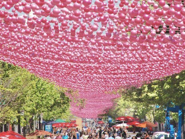 Tout est si gai à Montréal que le ciel en est devenu rose !