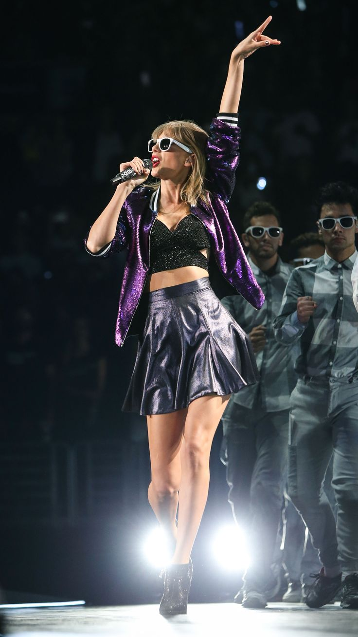 Taylor performing Welcome to New York during the 1989 World Tour in Los Angeles night one 8.21.15