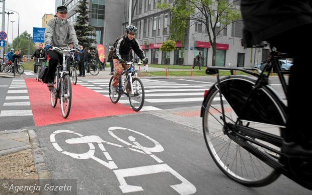 """To nie jest żart, karta rowerowa obowiązkowa także dla dorosłych.Jak informuje """"Dziennik Gazeta Prawna"""", resort infrastruktury chce, by także dorośli rowerzyście musieli mieć kartę rowerową.  Rowerzyści są coraz liczniejszą grupą sprawców wypadków drogowych.Wszystko dlatego, że wielu rowerzystów nie zna podstawowych przepisów i zasad ruchu drogowego. Często nie przestrzegają zasad pierwszeństwa z prawej strony lub"""