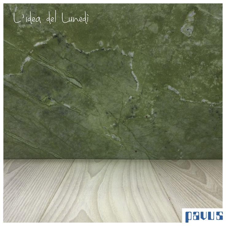 In questo lunedì di Pasquetta vi proponiamo un accostamento coraggioso. Un bellissimo parquet in olmo americano sbiancato e un marmo verde ming. La primavera è arrivata!