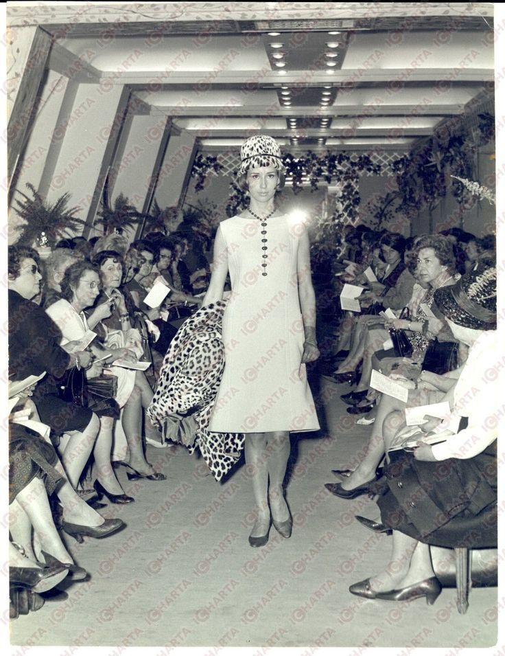 1965 PARIS MODA VINTAGE Modella sfila con abito crema e giacca leopardata | eBay