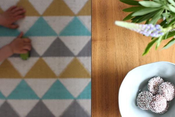 Et Nytt Kapittel - carpet, livingroom, flowers, table, kid playing
