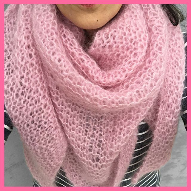 Morning ! Winter is here ☁️☁️ Need a large shawl to warm you up ! Blush pink V Shawl in mohair from SA ! Available in my store (see link in mi bio)