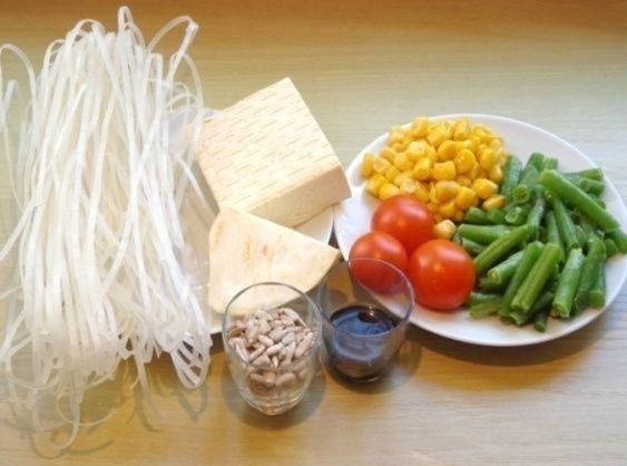 Dnešní recept je jednoduchý, zdravý a snadno si ho v krabičce můžete vzít třeba do práce - rýžové nudle s tofu. Více o receptu se dozvíte zde: https://www.facebook.com/ZdraveHubnuti/posts/751791721497938 Potřebujete zhubnout? Nyní konzultace s nutričním odborníkem za 200 Kč. Stačí kliknout: http://www.dietaprovas.cz/?utm_source=pinterest