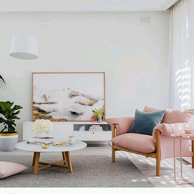Linda sala com poltrona rosa