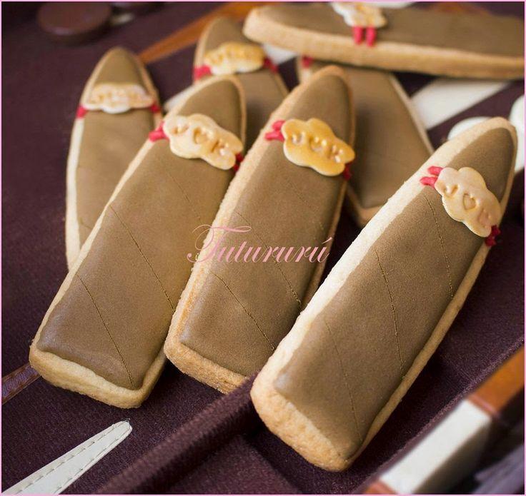 GALLETAS DE BODA PUROS Elegantes y deliciosas galletas en forma de puro con vitola dorada personificada con las iniciales de los novios unidas con un corazón. Un dulce detalle de boda original que dejará sorprendidos a los invitados. #galletas #cookies #puro #cigar #boda #wedding #detalleboda #recordatorio #origial #diy #hecho a mano #handmade #tutururu #mesadulce #candybar #sweettable