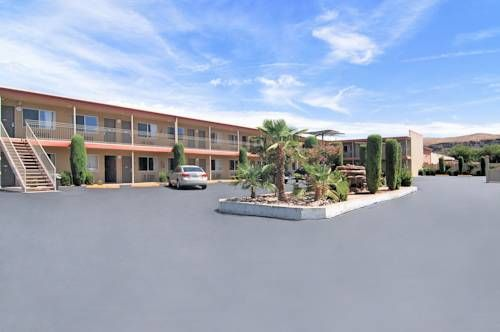 Travelodge Zion National Park Area Hurricane (Utah) Situated along the Interstate 9, this motel offers the classic on-the-road experience at the backdrop of Zion National Park, 40 km away. It features an outdoor pool with a hot tub and free parking.