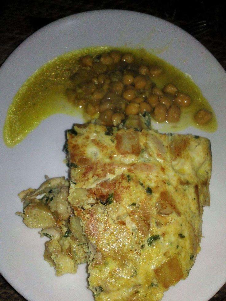 Le kbab est un plat typiquement Algérois composé d'une sauce blanche au poulet et pois chiches agrémentée de frites épaisses, persil et oignon ciselé cru. Aujourd'hui, j'ai un peu revisité ce plat en le présentant sous forme de tortilla nappée de sauce...
