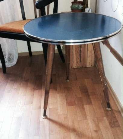 150 zł: Sprzedam używany stolik na trzech nogach. Klasyk PRL, unikat! Blat okrągły, w niebieskim kolorze, krawędzie złote, nogi drewniane. Stan bardzo dobry.