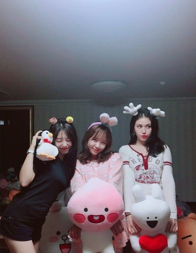 WEKI MEKI - Choi YooJung 최유정 (middle) with Kim SoHye 김소혜 (L) & Jeon Somi 전소미 • Ennik Somi Douma (R) IG selca 171007 #위키미키